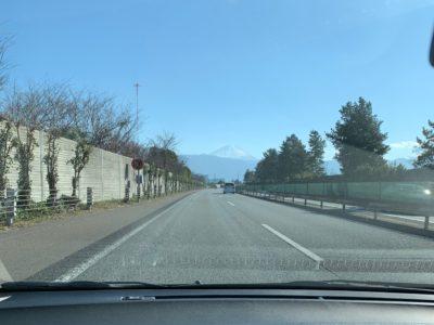 中央道。晴れていてよく富士山が見えた。