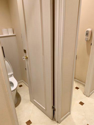 個室トイレのドアノブもクリスタル調でキラキラ
