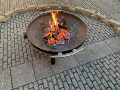 身体が冷える~!近くの焚火台で暖をとります
