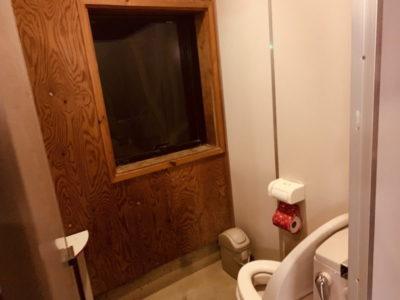 暗くてよくわからない 個室に窓があります