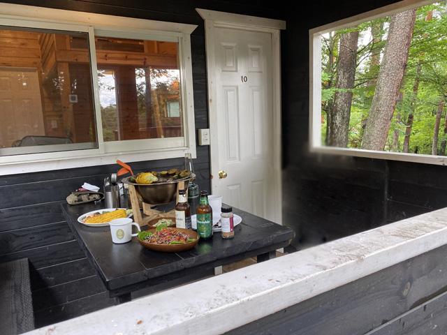 窓の向こうはキッチンなのではかどる