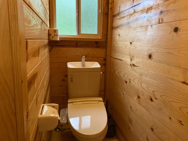 奥にはウォシュレットトイレ